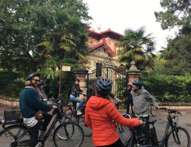 en vélo devant Villa A Dumas