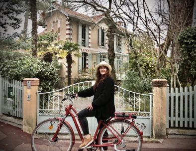 en visite vélo en ville d'hiver en février